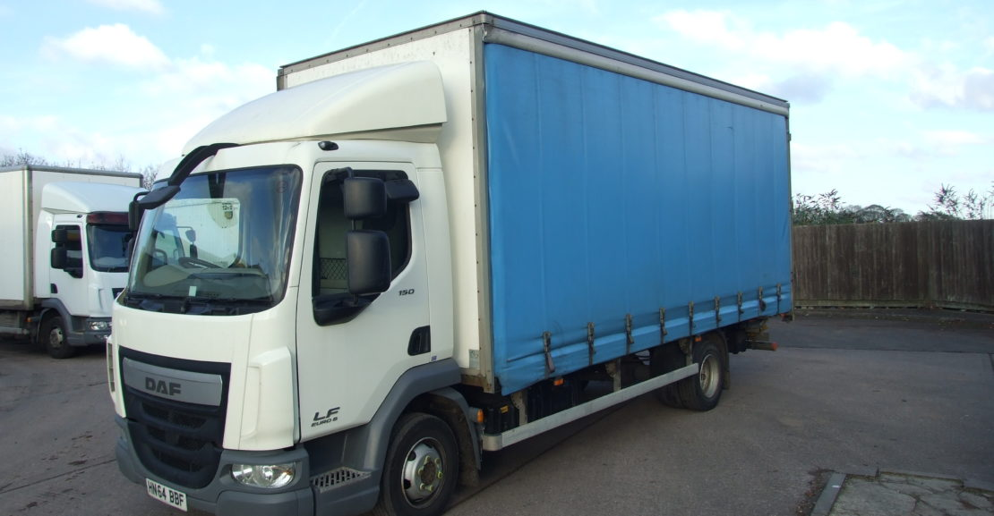 left side on view of a daf curtainsider
